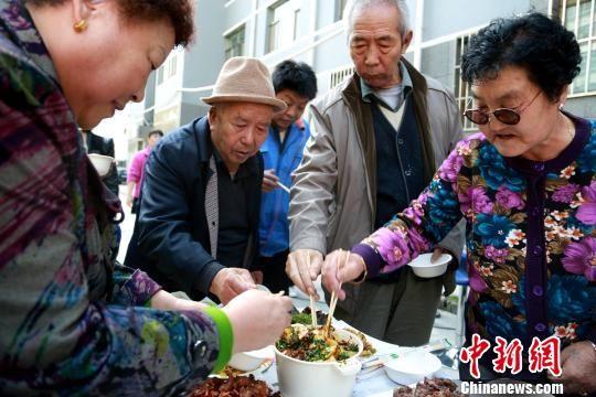 """西宁社区举行""""邻里美食节""""庆国庆迎中秋"""