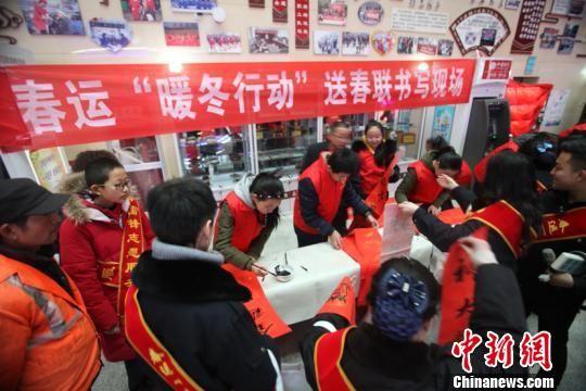 """青海省780名""""暖冬行动""""青年志愿者春运首日上岗"""