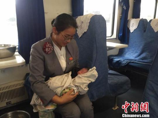 孕妇火车上产下女婴 幸得工作人员与旅客帮忙救治