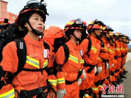 """青海消防""""娘子军"""":逆行时不会输给男儿"""