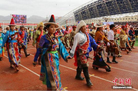 8月22日,青海省海西蒙古族藏族自治州庆祝建政60周年活动在该州首府德令哈市举行。海西蒙古族藏族自治州位于青海省西部,是中国30个民族自治州中唯一一个蒙古族藏族自治州,该州面积占青海省总面积的41.7%,总人口64万,其中蒙古族和藏族人口分别占比为5.53%和10.93%,境内柴达木循环经济试验区是全世界面积最大循环经济试验区。 罗云鹏 摄