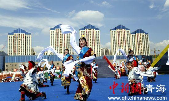 青海省运会 运动员穿民族服饰比拼健身操