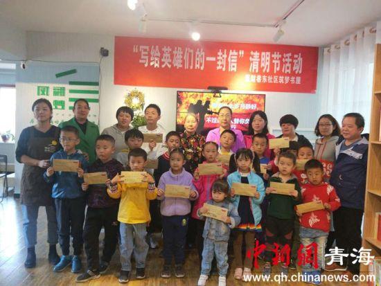 青海西宁:孩子们为救灾英雄写致敬信