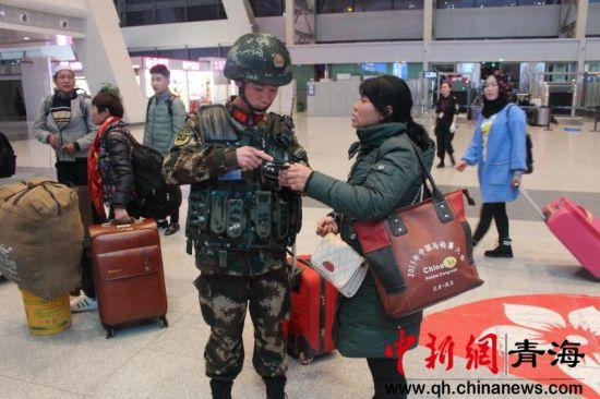 武警西宁支队加大对火车站执勤点巡逻防控力度