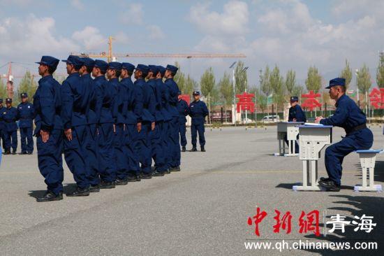 青海新入职消防员接受阶段性考核