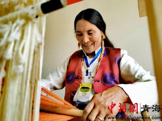 海南州同德县藏族妇女打造手工旅游产品实现创收