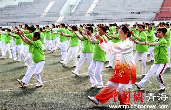 """青海西宁约千名""""达人""""同场展示健身气功 弘文化、强筋骨"""