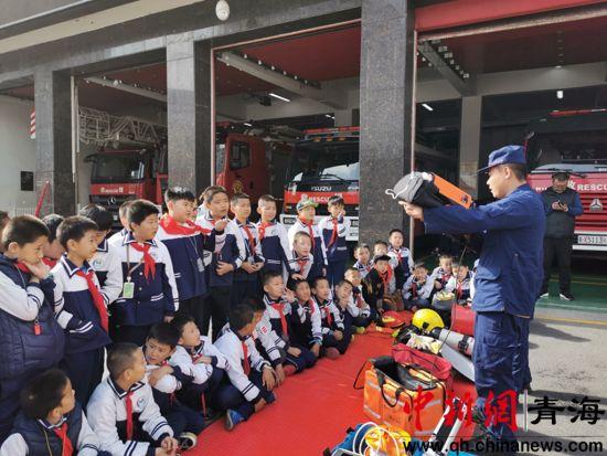 西宁市小学生走进消防队参观学习