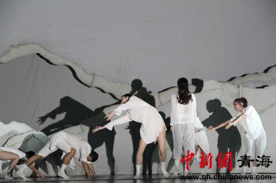 """青海大劇院開展""""人(ren)民公安can)wei)人(ren)民——暖(nuan)警愛警""""主題(ti)公益活(huo)動(dong)"""