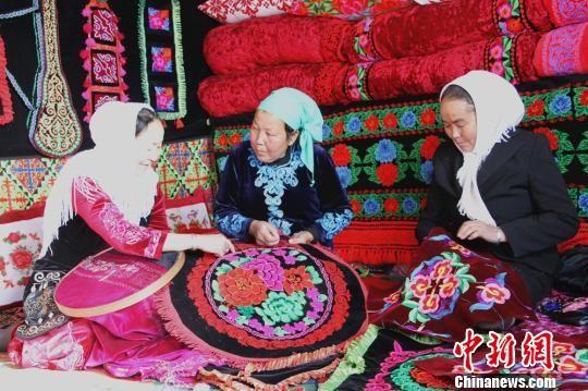 中新网温宿12月17日电 (史玉江朱志升)谁曾能想到,山沟里柯尔克孜族牧民家庭的手工刺绣,不仅被列入国家级非物质文化遗产保护项目,其产品还远销吉尔吉斯斯坦等中亚国家。   关于柯尔克孜族刺绣的历史,史料中无从考证,只是作为该民族的一种传统技艺,被后人延续了下来。从手工做法与图案上来看,融合了本土文化和中原文化,是中华民族民俗文化的组成部分。   柯尔克孜族刺绣自沙俄时期传入   日前,在新疆县温宿县文化馆工作人员阿布都沙拉木带领下,我们驱车前往博孜墩乡博孜墩村,探寻柯尔克孜族刺绣的历史足迹。   路途