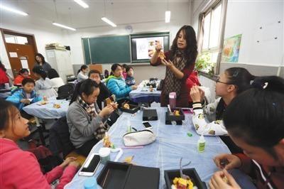"""万名学生""""选修""""非遗课程 加深学生对传统文化了解"""