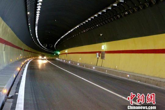 青海省牙什尕至同仁高速公路中,桥梁和隧道总长30.