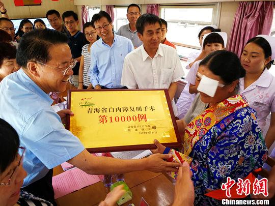 """香港""""健康快车""""发起20周年 每年万名内地贫困患者接受复明术"""