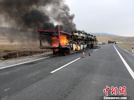 货车运输途中起火 所载10辆新车被烧成铁壳
